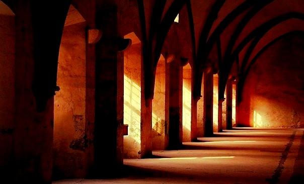 Patru păcate pe care le fac unii oameni care merg la Biserică - Părintele Filip Marius