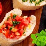 Roșii mentă și cu sos de usturoi - o salată răcoritoare de vară