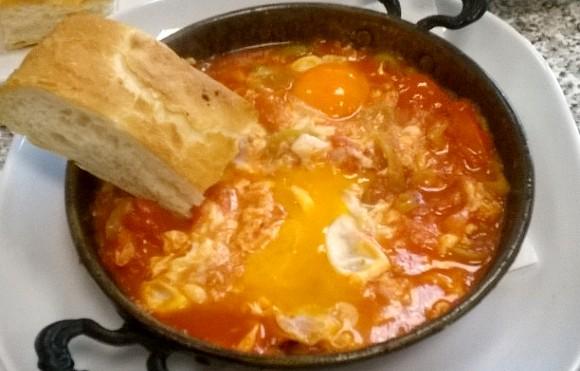 Menemen reteta turceasca din oua, rosii si ardei
