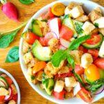 Salata italiana cu rosii, pepene, branza si crutoane