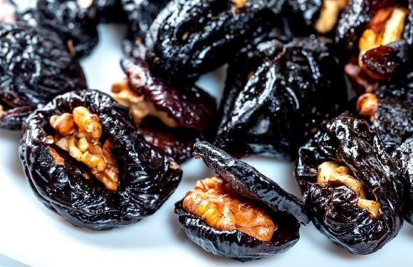 Prune cu nuci invelite in ciocolata