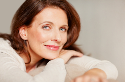 După vârsta de 40-50 de ani, când se atinge vârsta biologică a menopauzei, masa osoasă începe să se deterioreze.