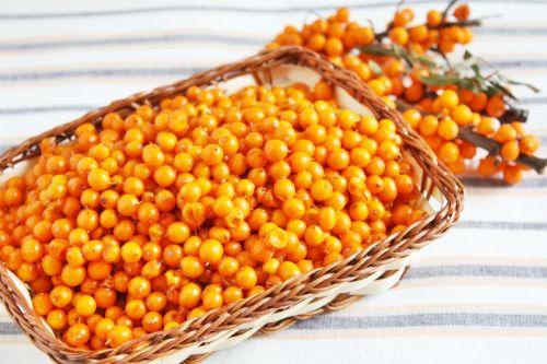 2. Sirop de Cătină • Se repară un suc din 2 kg de cătină prin stoarcerea fructelor la storcătorul de roşii • Se obţine un litru de suc de cătină • Se pune sucul cu un kilogram de miere de albine într-un vas şi se lasă 4-5 zile • Se amestecă de 4-5 ori pe zi cu o lingură de lemn • Din acest sirop se poate lua câte o linguriţă în fiecare dimineaţă, pe stomacul gol