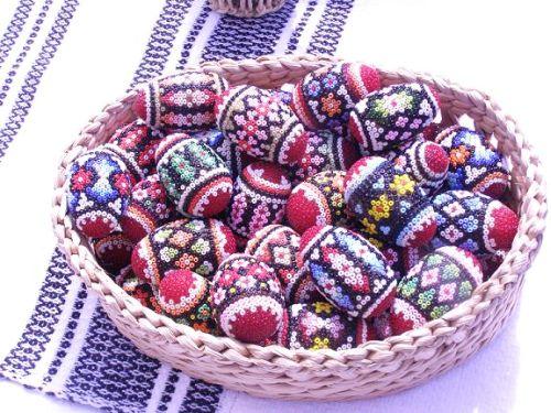Ouăle de Paşti: Simboluri şi Tehnici de Încondeiere