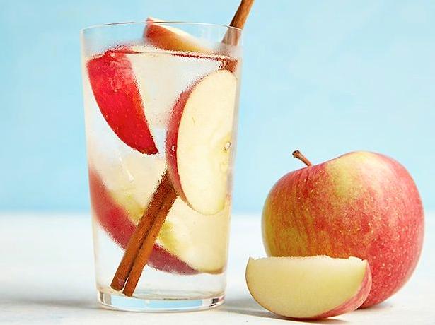 Apă cu Măr și Scorțișoară Pentru Slăbit și Detoxifiere
