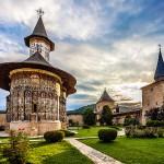 Biserica_si_curtea_manastirii_Sucevita